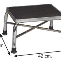 Banqueta de pies, fabricada en acero cromado, reforzada para pesos mayores. Plataforma cubierta en goma para no resbalar.
