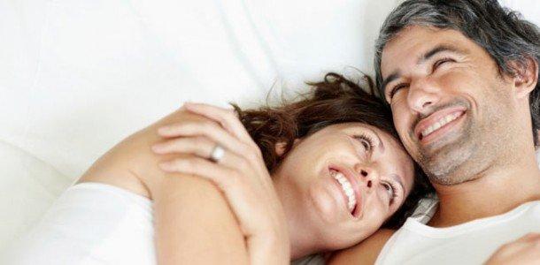 pareja contentas con producto de ayuda