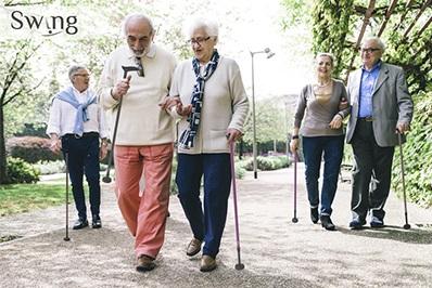 personas paseando con bastones basculantes